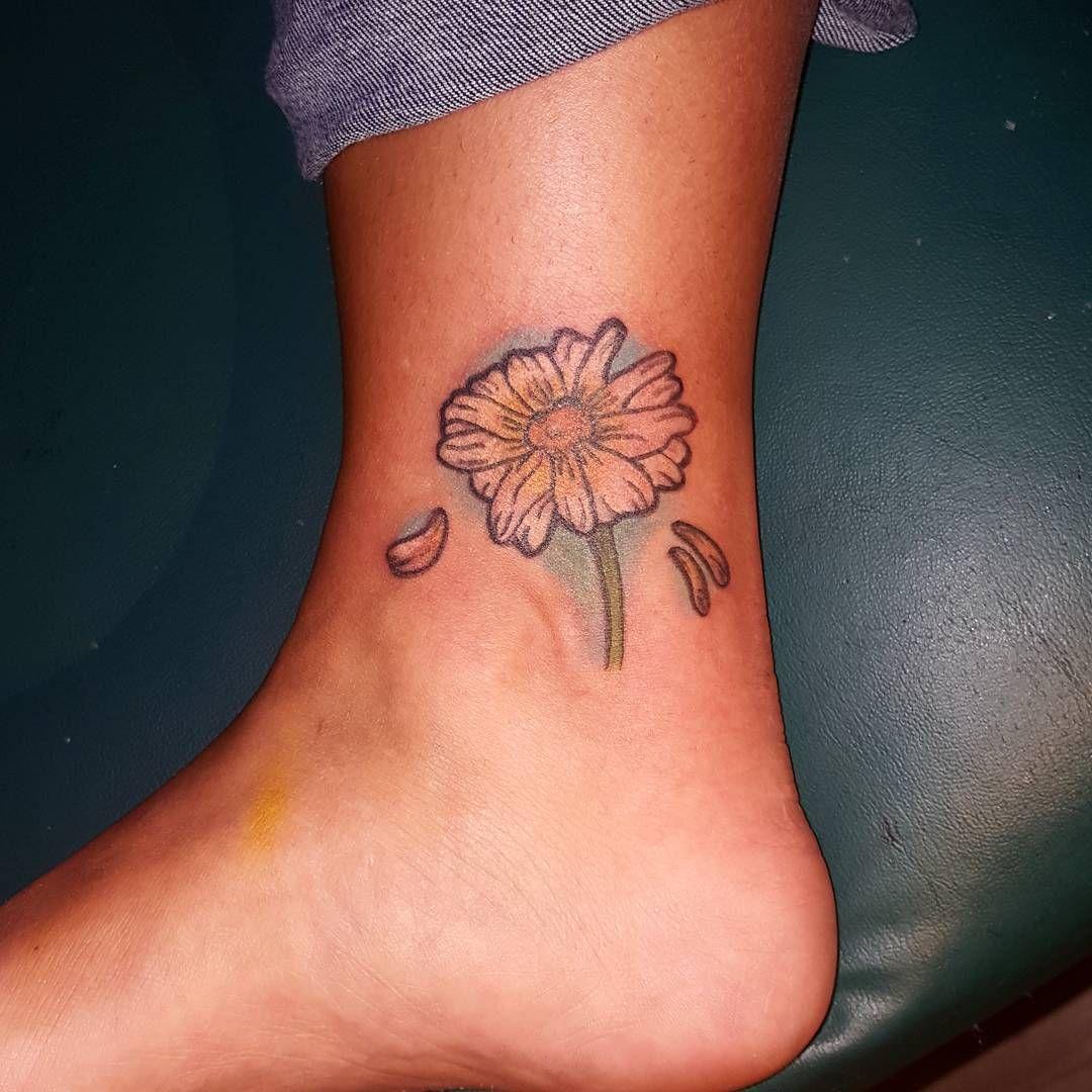 Daisy Flower Tattoo Daisy flower tattoos, Flower tattoo