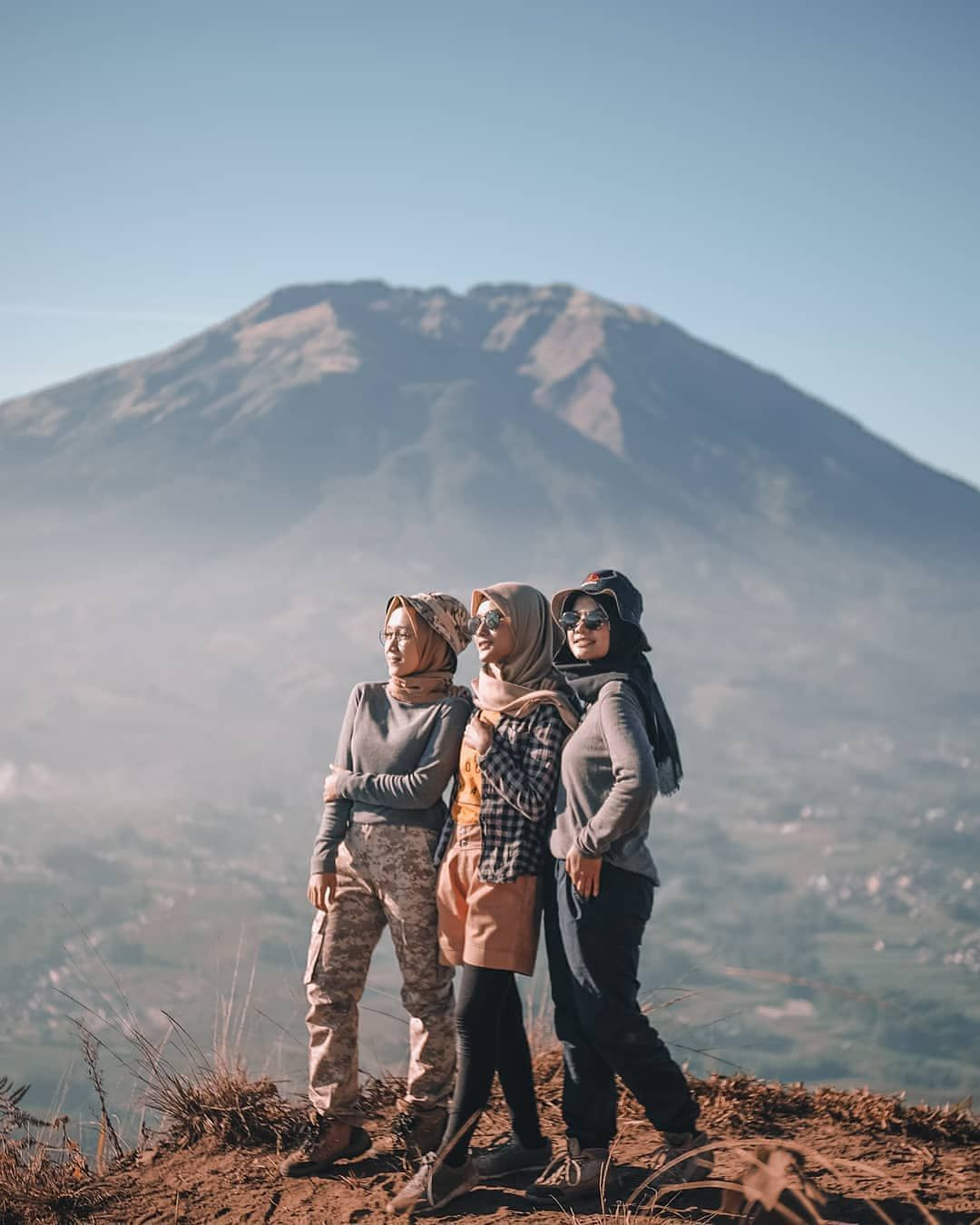 N E G R I P E N D A K I S Instagram Post Satu Dua Tiga Kucing Berlari Perempuan Seperti Apa Yg K In 2020 Muslimah Fashion Casual Hiking Outfit Hijab Style Casual
