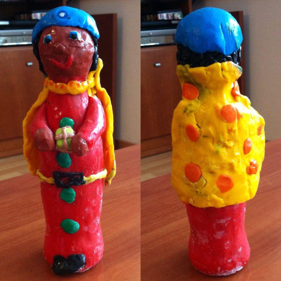 Rei de plastilina sobre ampolla de refresc