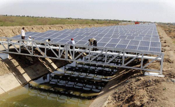 This Solar Panel Laid On The Vast Stretches Of Agricultural Channels In Gujarat India Generates 1 Mw Of Electricity Per Năng Lượng Mặt Trời Mặt Trời Cong Nghệ
