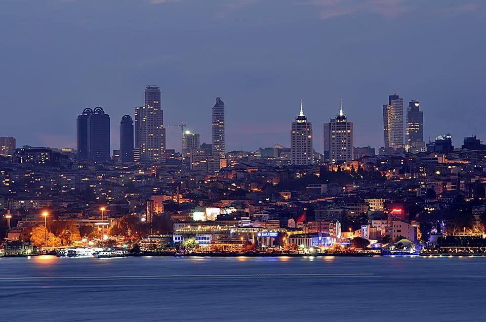 伊斯坦布爾城市都會區繁華的夜景。 ©Ömer Şahin