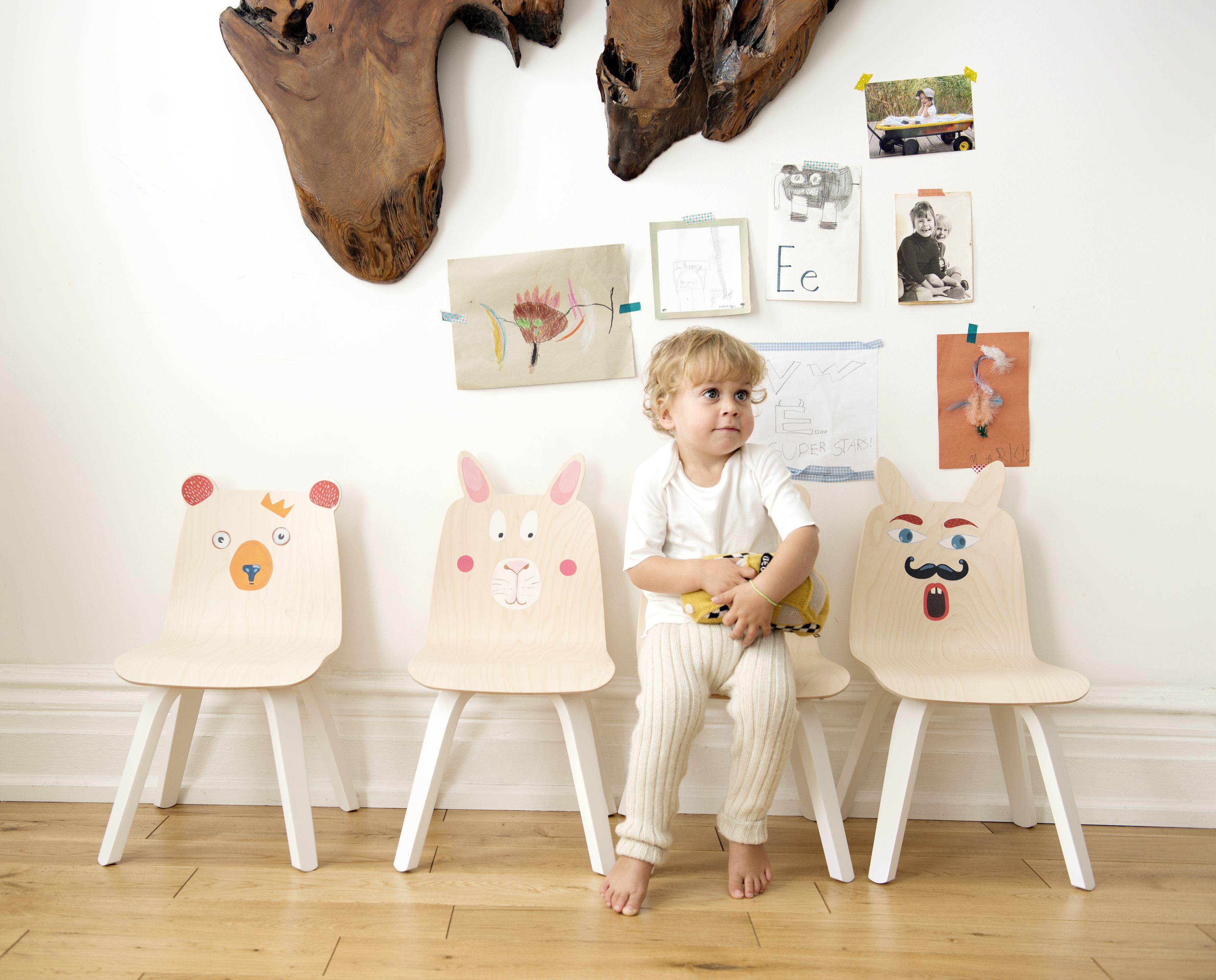 Gute Laune fürs Kinderzimmer – Mit entzückenden Stickern aus Stoff können die Stühle ganz individuell gestaltet werden. Auge, Mund und andere lustige Accessoires sind schnell aufgeklebt und auch genau so schnell wieder abgezogen. Die Sticker sind mehrfach verwendbar und haften fast überall. Sensationell!