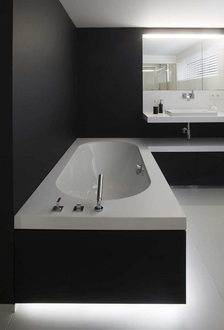 Strakke badkamer in zwart en wit - ontwerp van Frank Sinnaeve en ...