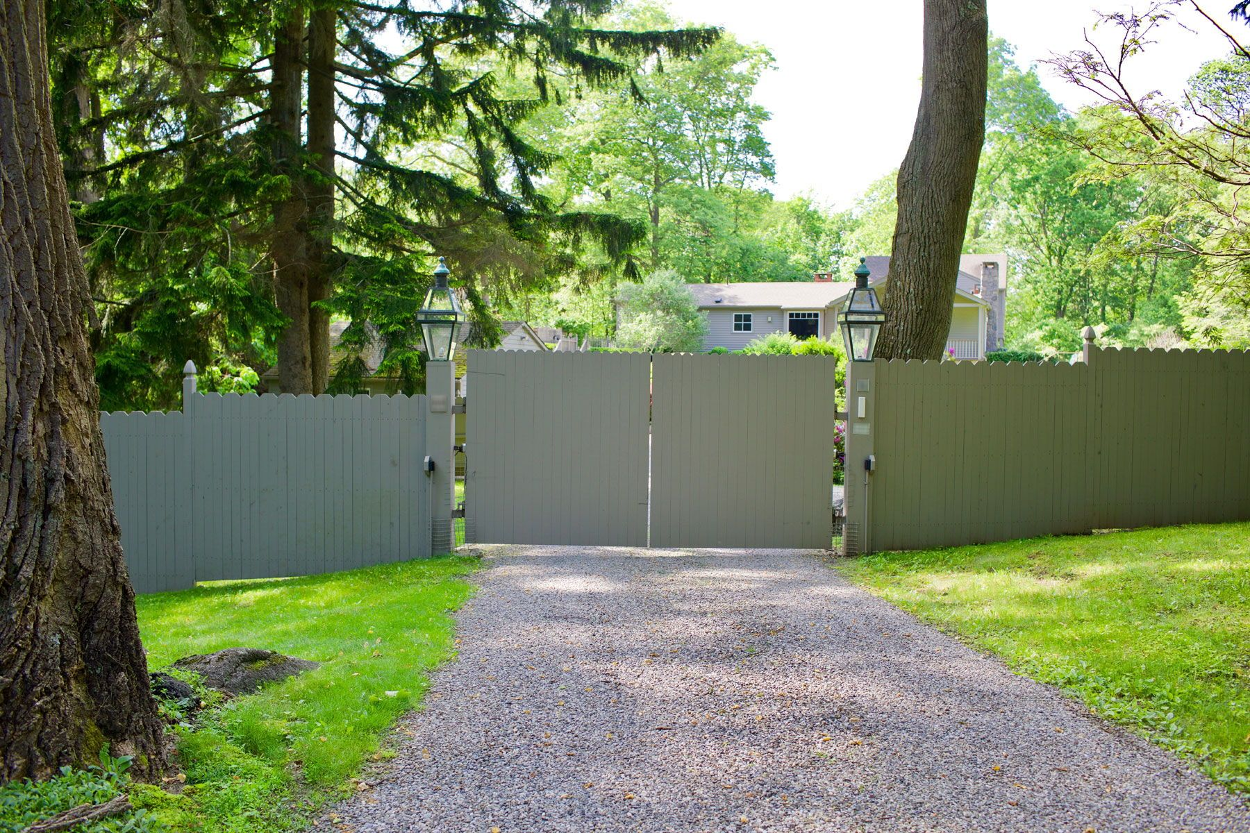 Solid Front Driveway Gate With Matching Property Fence For Utmost Privacy Tri State Gate Bedford Hills Ny Driveway Gate Wooden Gates Driveway Bedford Hills