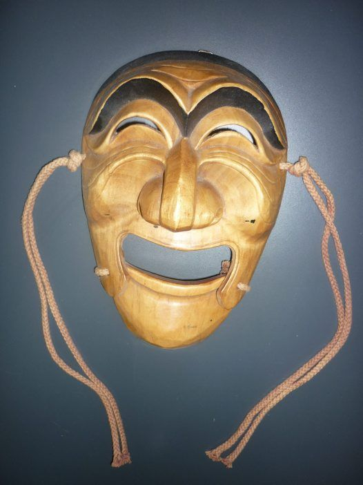 Korealainen Hahoe naamio, rituaalitansseissa käytetty.