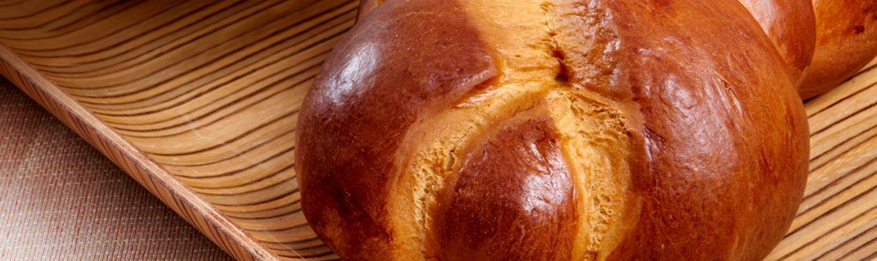 Τσουρέκι με ζύμη γιαουρτιού γεμιστό με Cottage Cheese