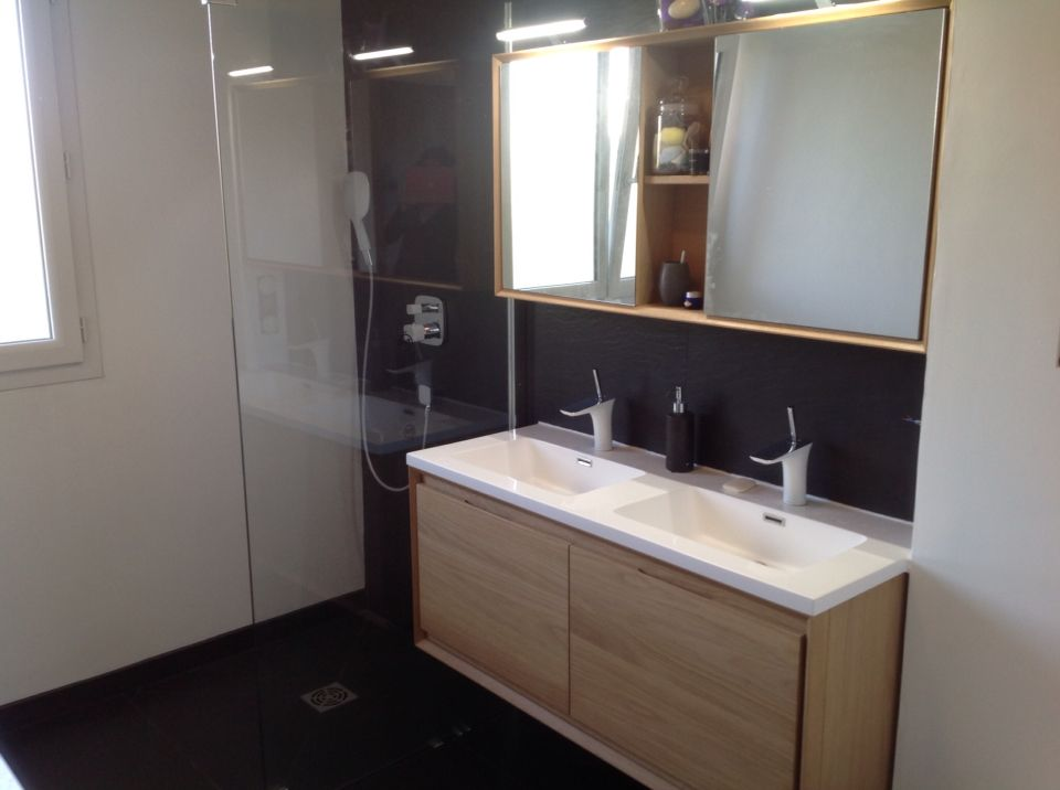Notre nouvelle salle de bain ardoise bois pur meubles rio et paroi de douche italienne for Peinture bois salle de bain