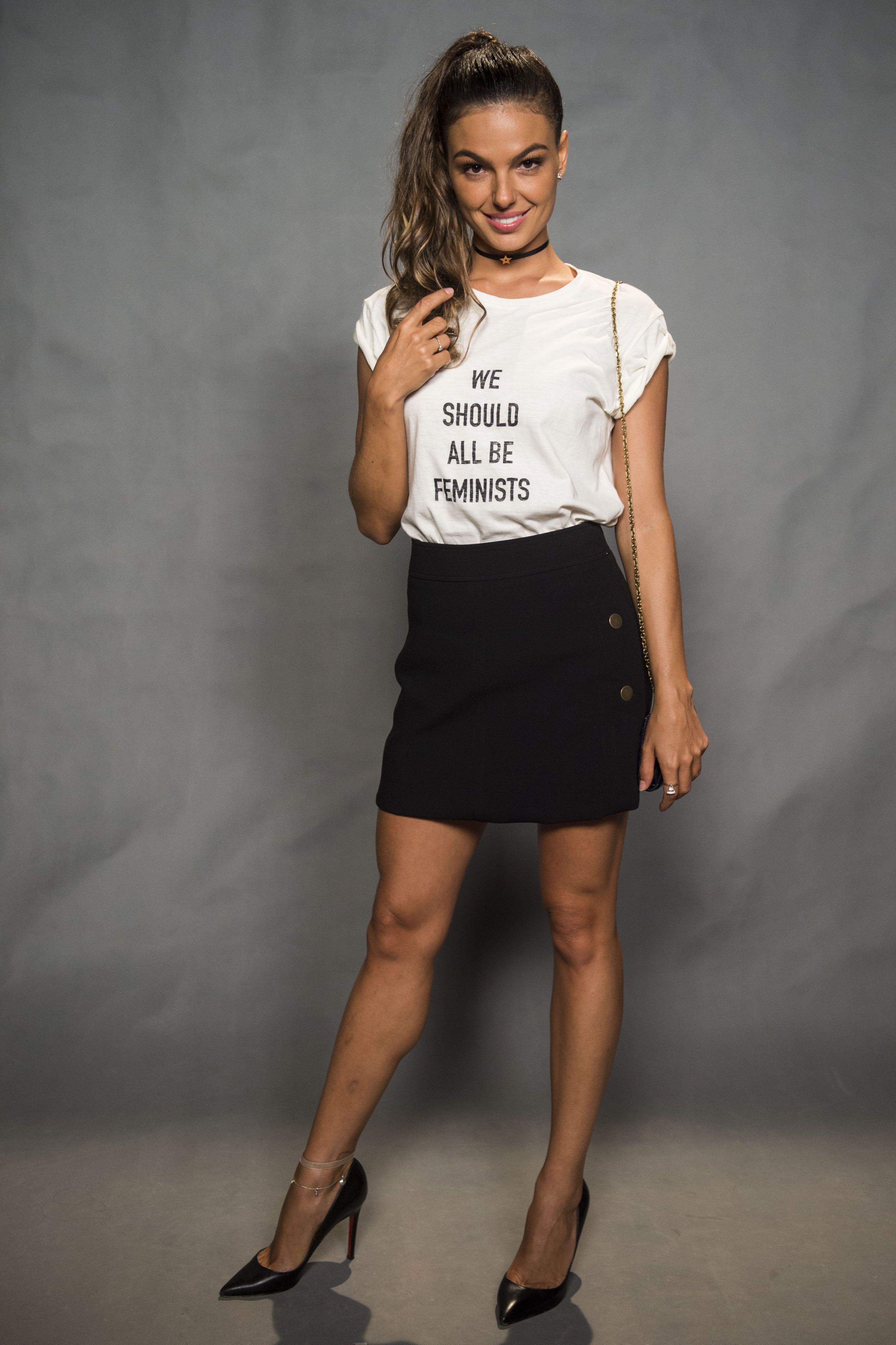 Isis Valverde usa saia com camiseta na coletiva de  AForçaDoQuerer 9f08c95db3