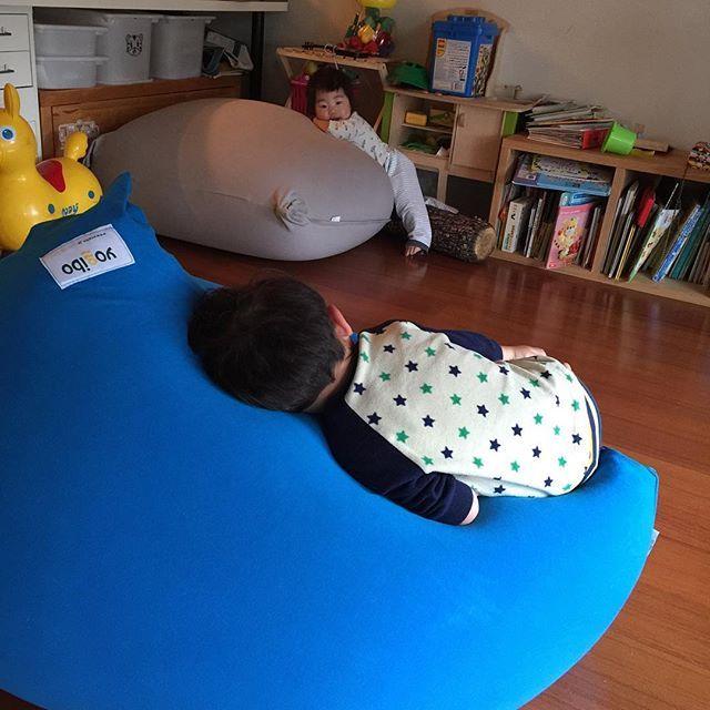 W 人間を ダメにするアレ こちらです おはよう 兄妹 ヨギボー Yogibo 仕事と育児の隙間から ヨギボー リビング インテリア