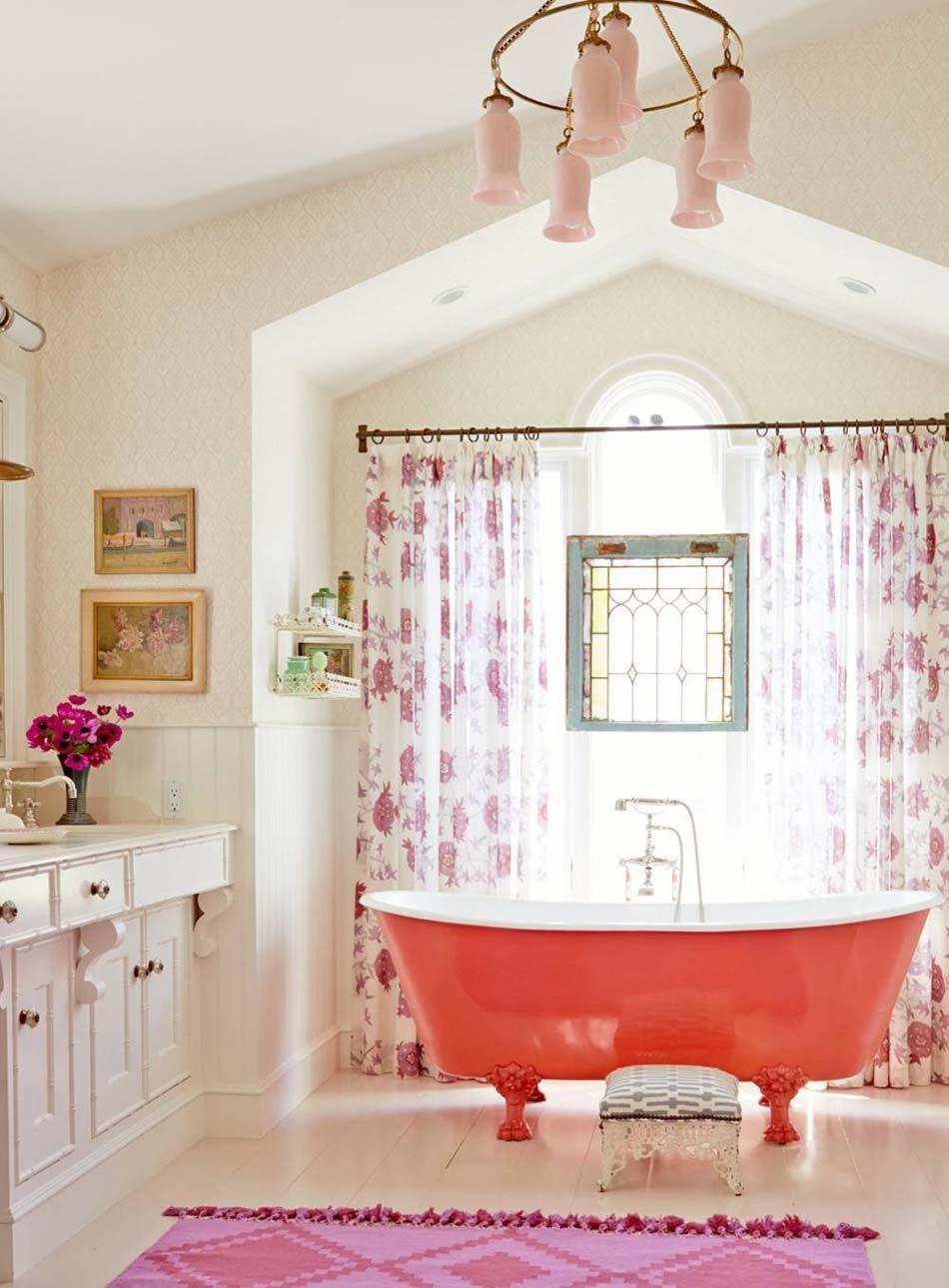 grande salle de bain la dco joyeuse avec une jolie baignoire de couleur chaude