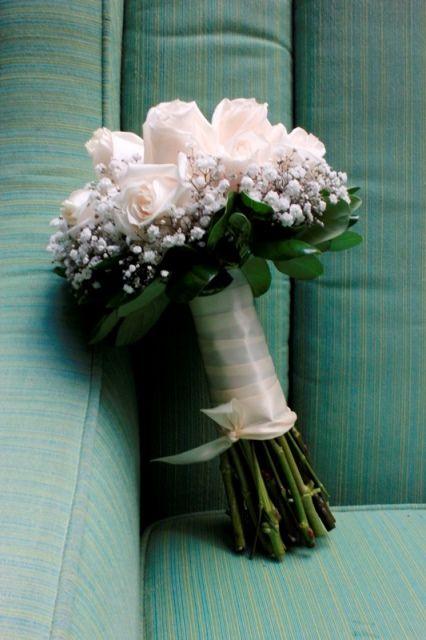 Bouquet clásico y elegante. Rosas blancas y gypsophila.  40873a0b544