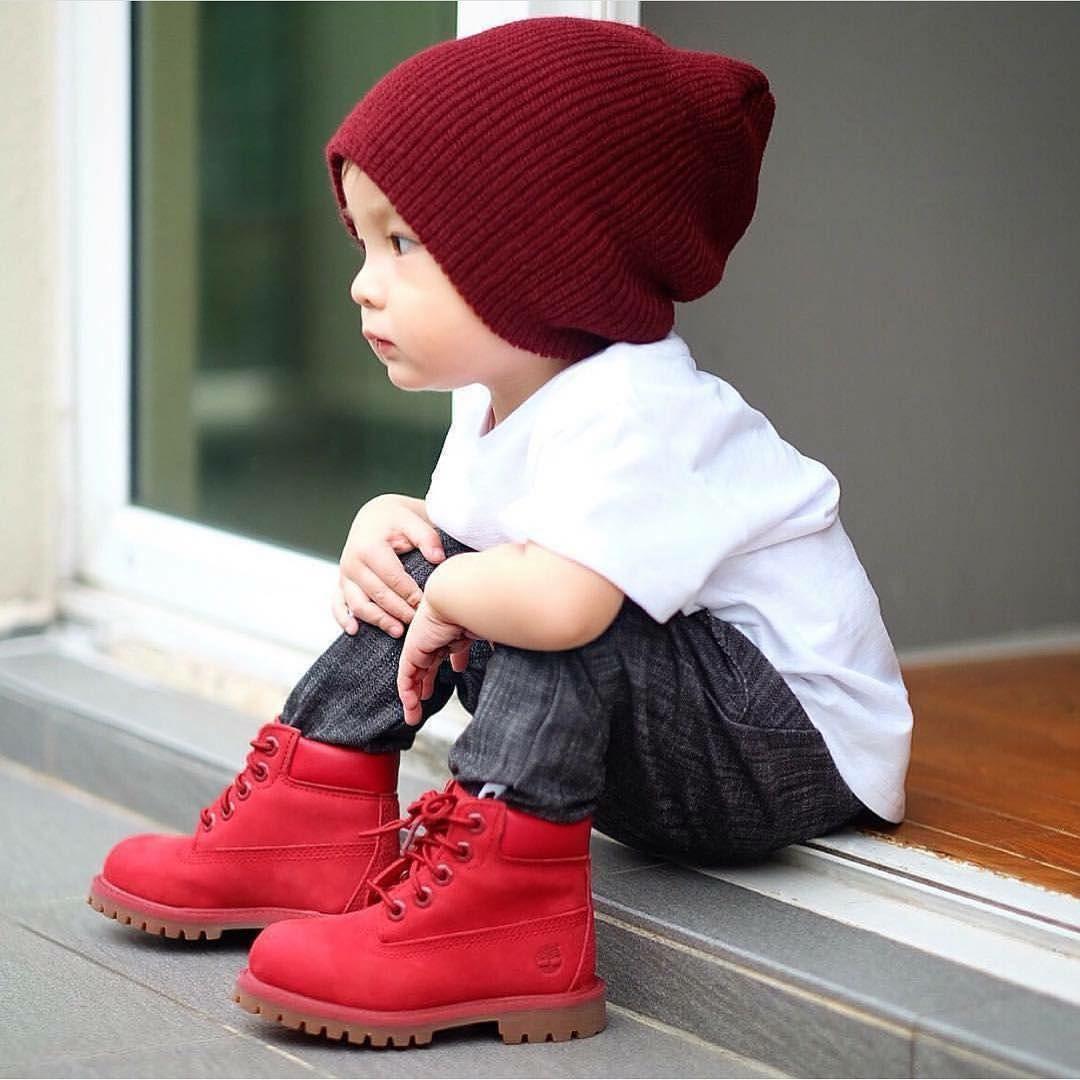 8a38e1198f5 Esas botas rojas más grandes que el bebé.