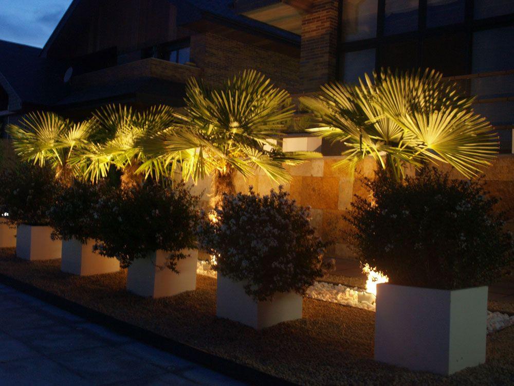 Jard n moderno jard n de bajo mantenimiento iluminaci n de - Jardineras de exterior ...