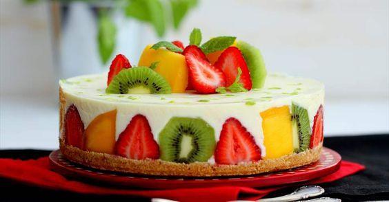 Aprende a preparar Tarta fría de chocolate blanco con frutas con las recetas de Nestle Cocina. Elabórala en casa con nuestro sencillo paso a paso. ¡Delicioso! #NestleCocina