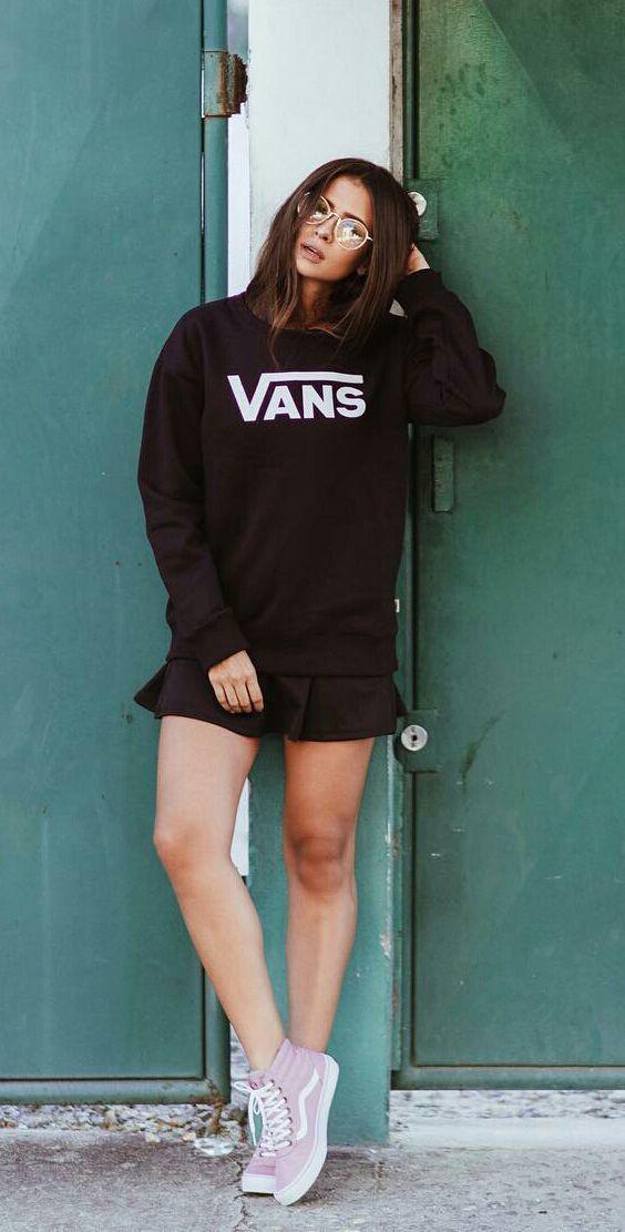 8248a2200 8 Provas que o Vans Old Skool pode deixar seu look bem mais style. Moletom  preto, saia rodada preta, tênis rosa