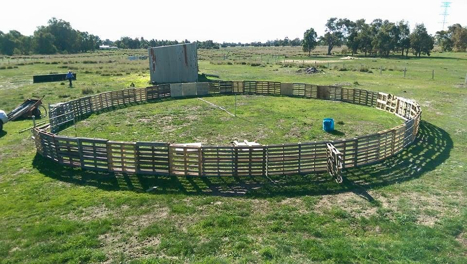 Round Yard Made From Pallets Horse Stables Cross
