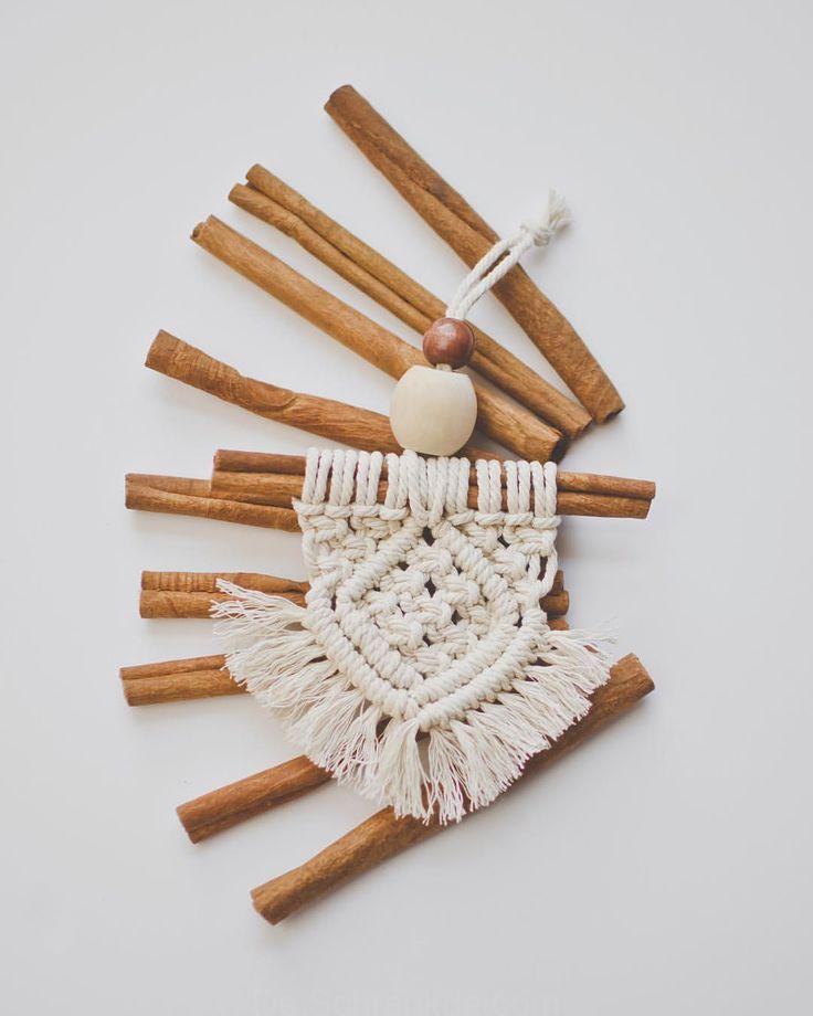 Lieber Knoten Auf Instagram Heute Ist Der Tag Eine Handvoll Makramee Auf Zimtstange Cinnamon Sticks Ornaments Macrame Design Macrame Patterns Tutorials