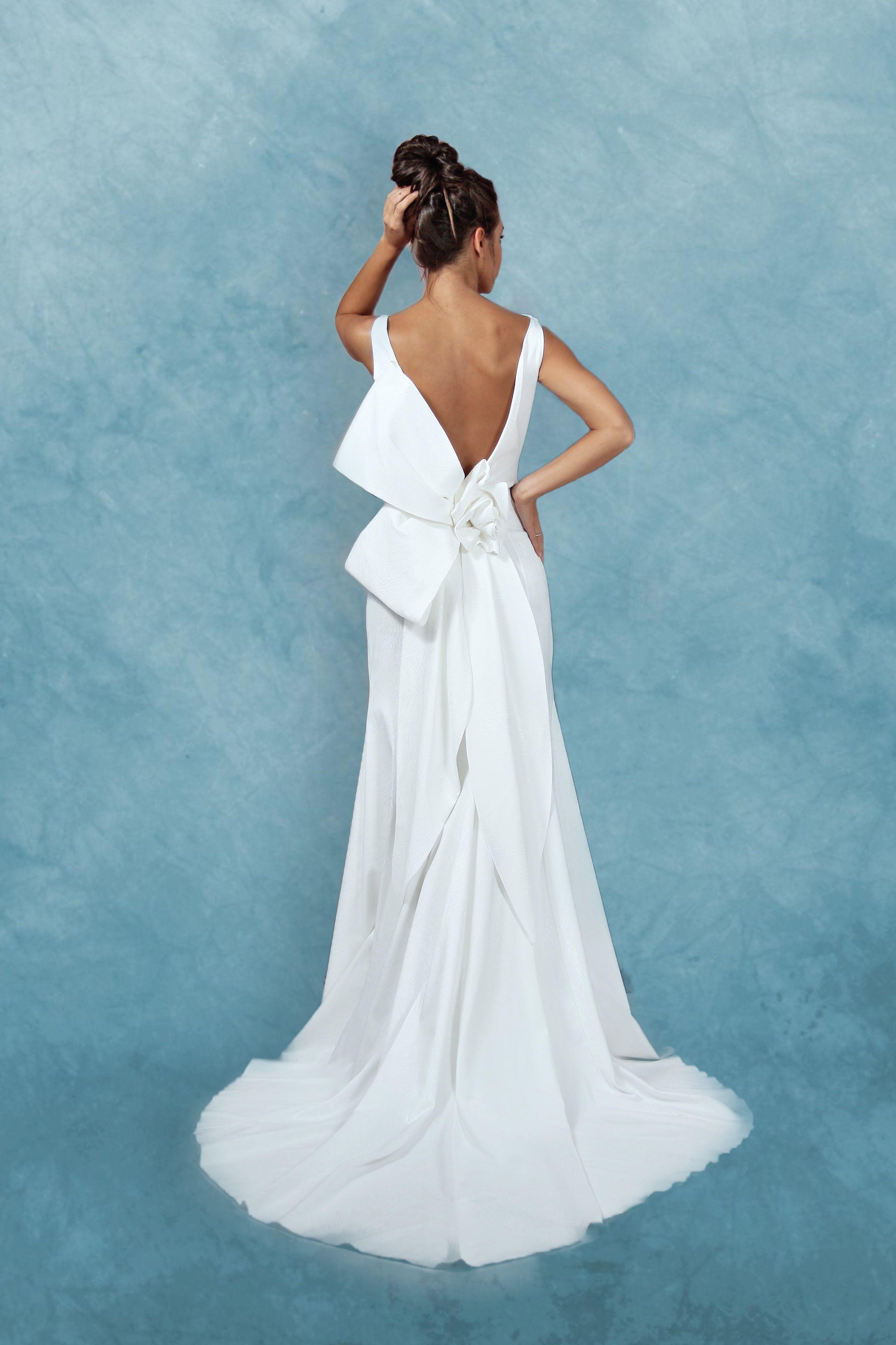 fb4d1b006993 Abito da sposa bianco in raso devorè di pura seta elasticizzata con  scollatura a barchetta