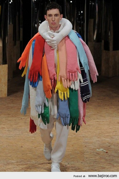 On Recycle Ses Gants De Vaisselle Weird Fashion Crazy Outfits Funny Fashion