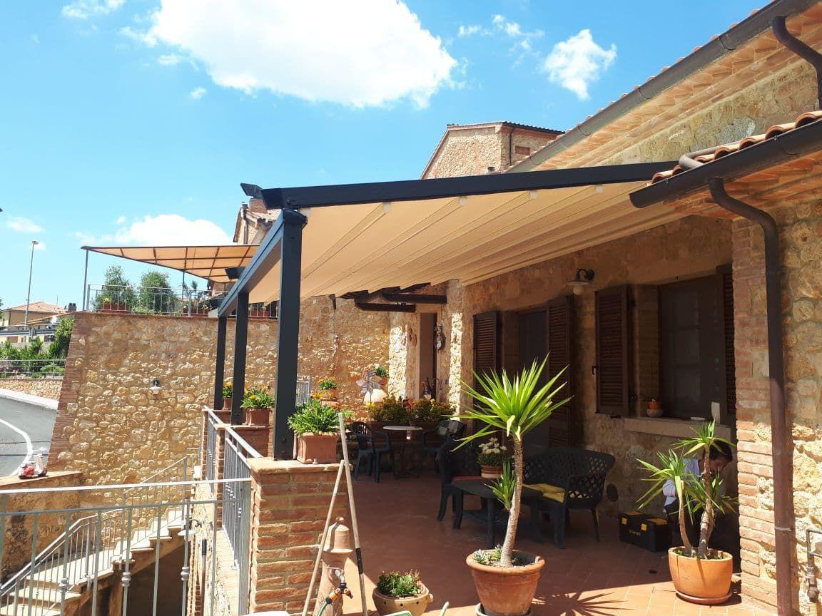 pergola addossata color antracite per terrazzo di villa ...