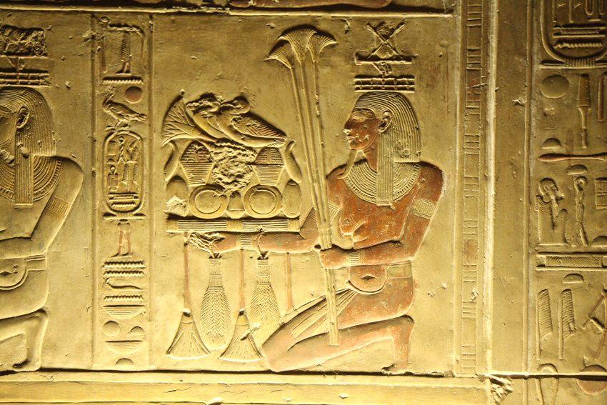 https://flic.kr/p/9iJS3W   Templo de Sethi I en Abidos , segunda sala hipóstila , pared de las capillas. Abydos , Seti I .