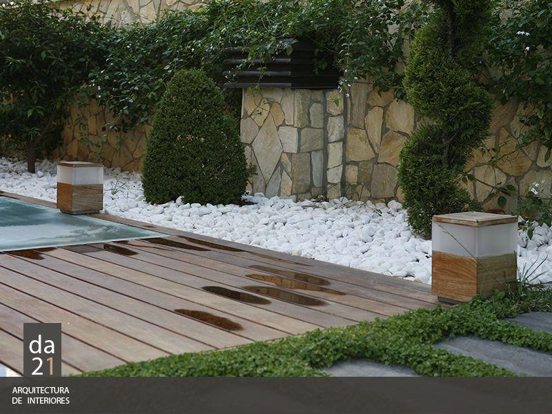 Patio interior con madera y piedras blancas interiores for Decoracion patios internos