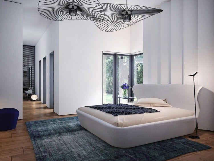 in Weiß gepolstertes Bett und attraktive Designerleuchten - wohnzimmer weis gestalten