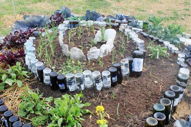 Spiral gardens are a great conversation piece and can be placed almost anywhere in a yard or garden to add interest. Garden edging that incorporate discarded bottles are always interesting and create such a cute little tiered area- I've been convinced to start saving my bottles for a new project! Time to drink up! Bylinková Zahrada, Malé Zahrady, Záhony, Nápady Na Zahradní Design