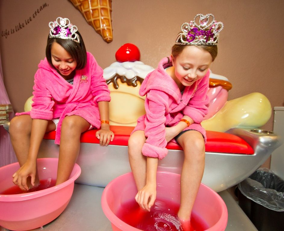 Birthday party at Scooops Kid Spa in Great Wolf Lodge Birthday