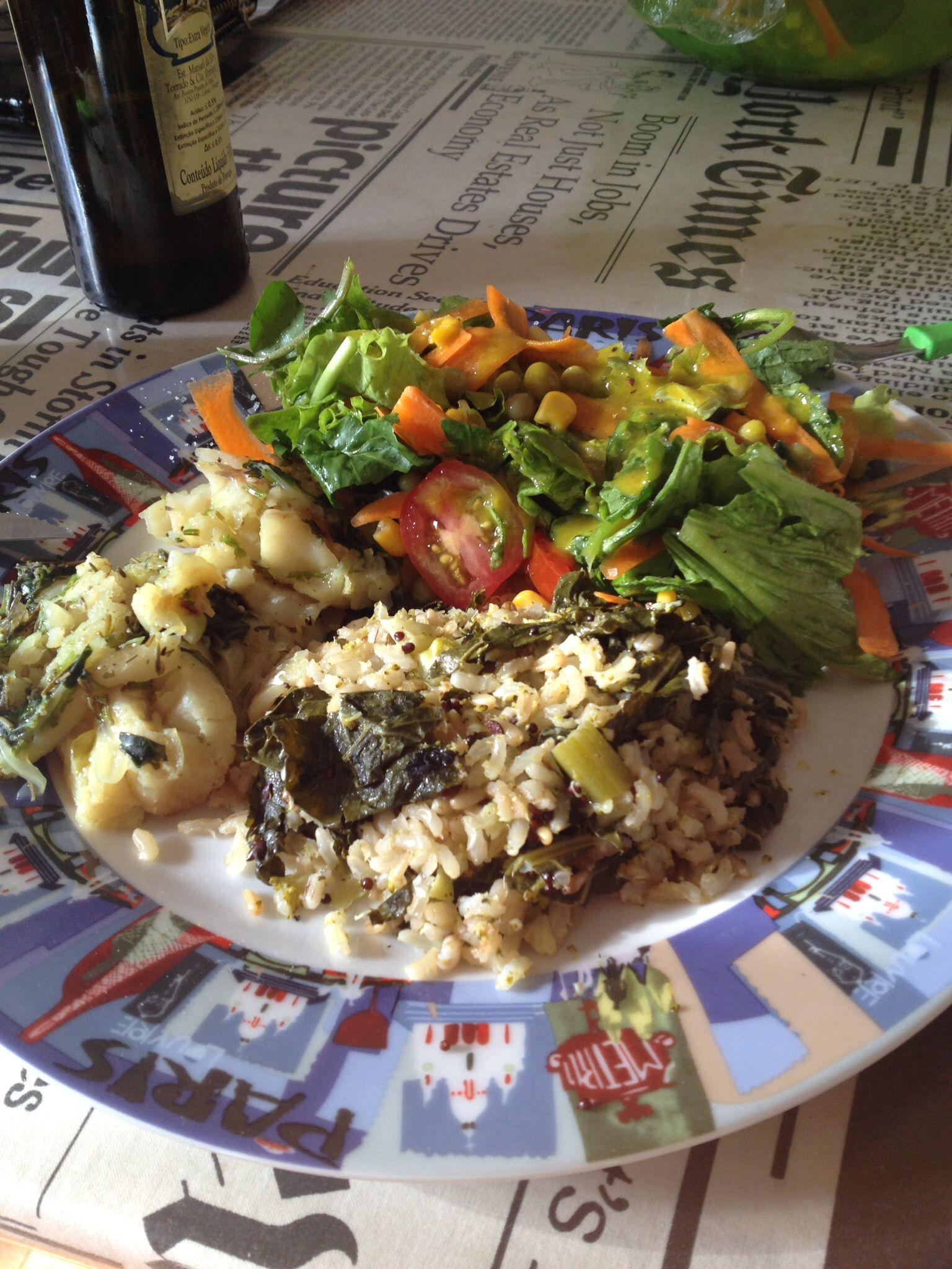 Peixe cozido, arroz de brócolis e saladão.