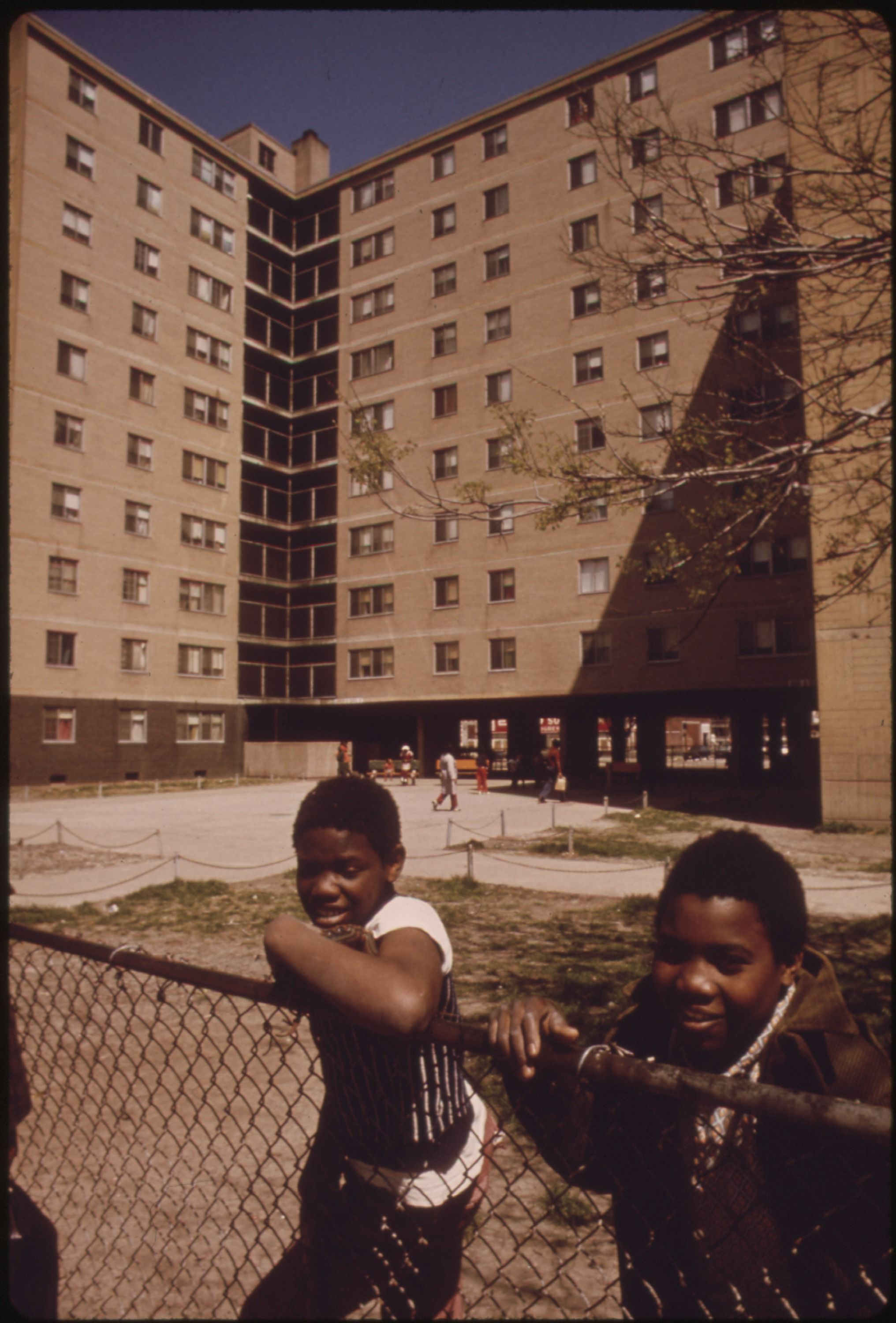 Youngsters Outside The Stateway Gardens Highrise Housing Project On Chicago S South Side The Complex Has Eigh Chicago History American Children Chicago Photos