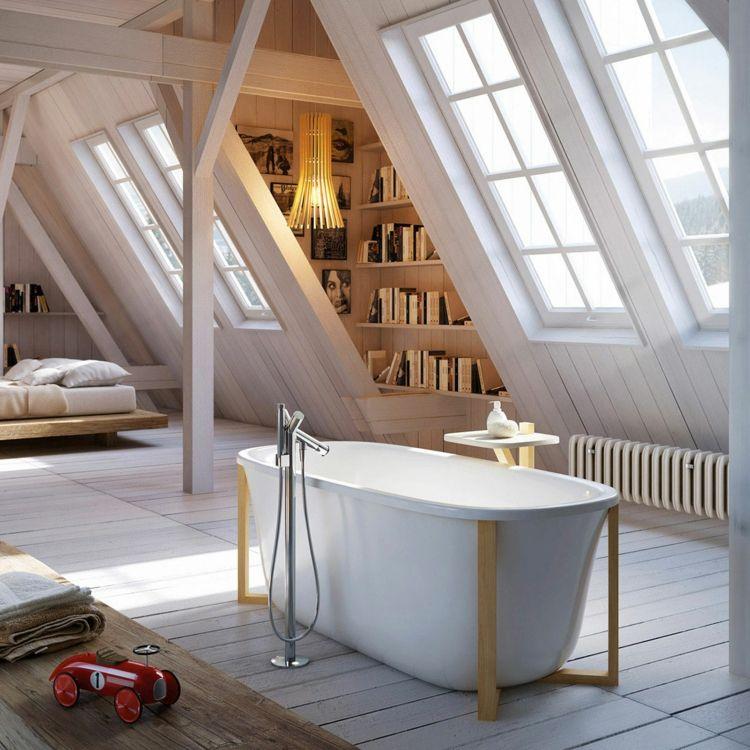 Badezimmer Mit Dachschräge Und Weißem Dielenboden