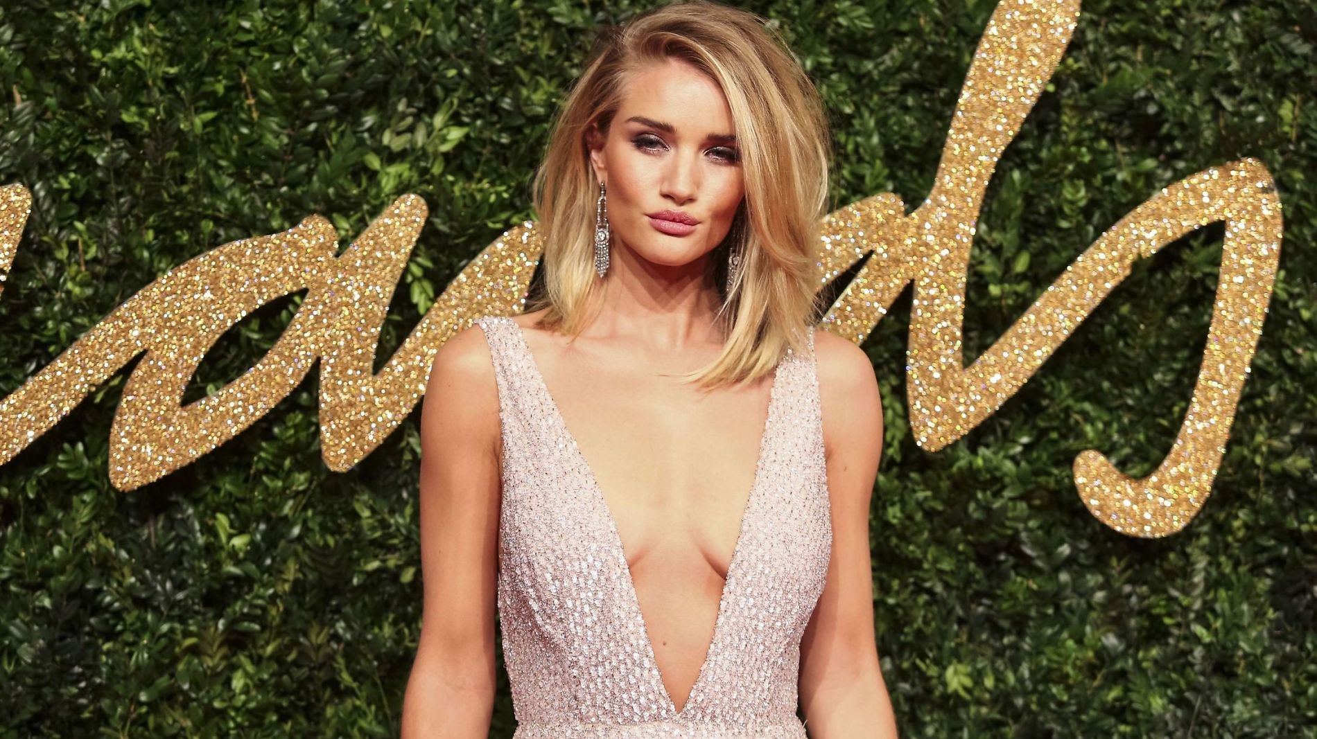 VOLUMDRONNINGEN: Vi drømmer om den fantastiske boben til Rosie Huntington-Whiteley. Her på British Fashion Awards. Foto: NTB Scanpix
