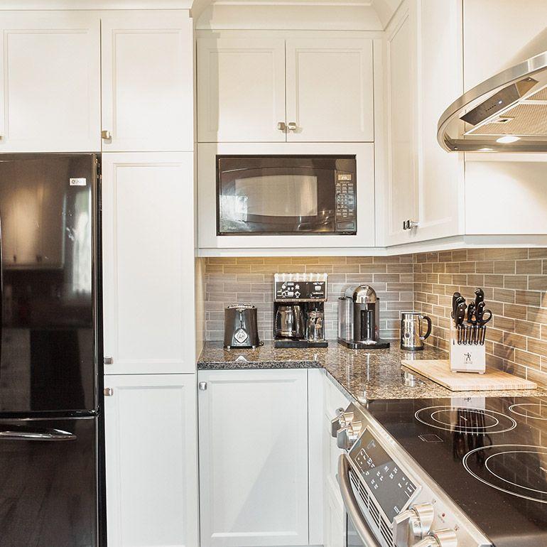 coin d jeuner pour cuisine blanche transitionnelle et micro onde encastr deco pinterest. Black Bedroom Furniture Sets. Home Design Ideas