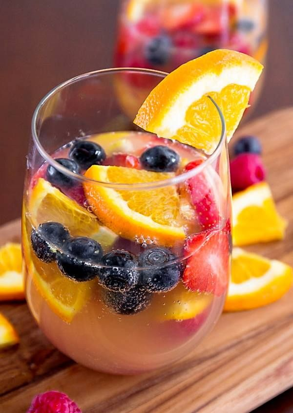 • 1 naranja, cortada en rodajas finas • 1/2 limón, en rodajas finas • 1 taza de arándanos • 1 taza de frambuesas • 10 fresas grandes, en rodajas • 1 taza de jugo de naranja o toronja (según tu preferencia) • 1 botella de 750ml de Vino Blanco Dulce (ejemplo Riesling, Moscato) • 1 botella de 750ml de Vino Blanco Espumoso (ejemplo Champán, Cava) Instrucciones: Coloque todas las frutas y el jugo de naranja en una jarra grande o un tazón, añadir el vino y dejar reposar en el refrigerador por 3…