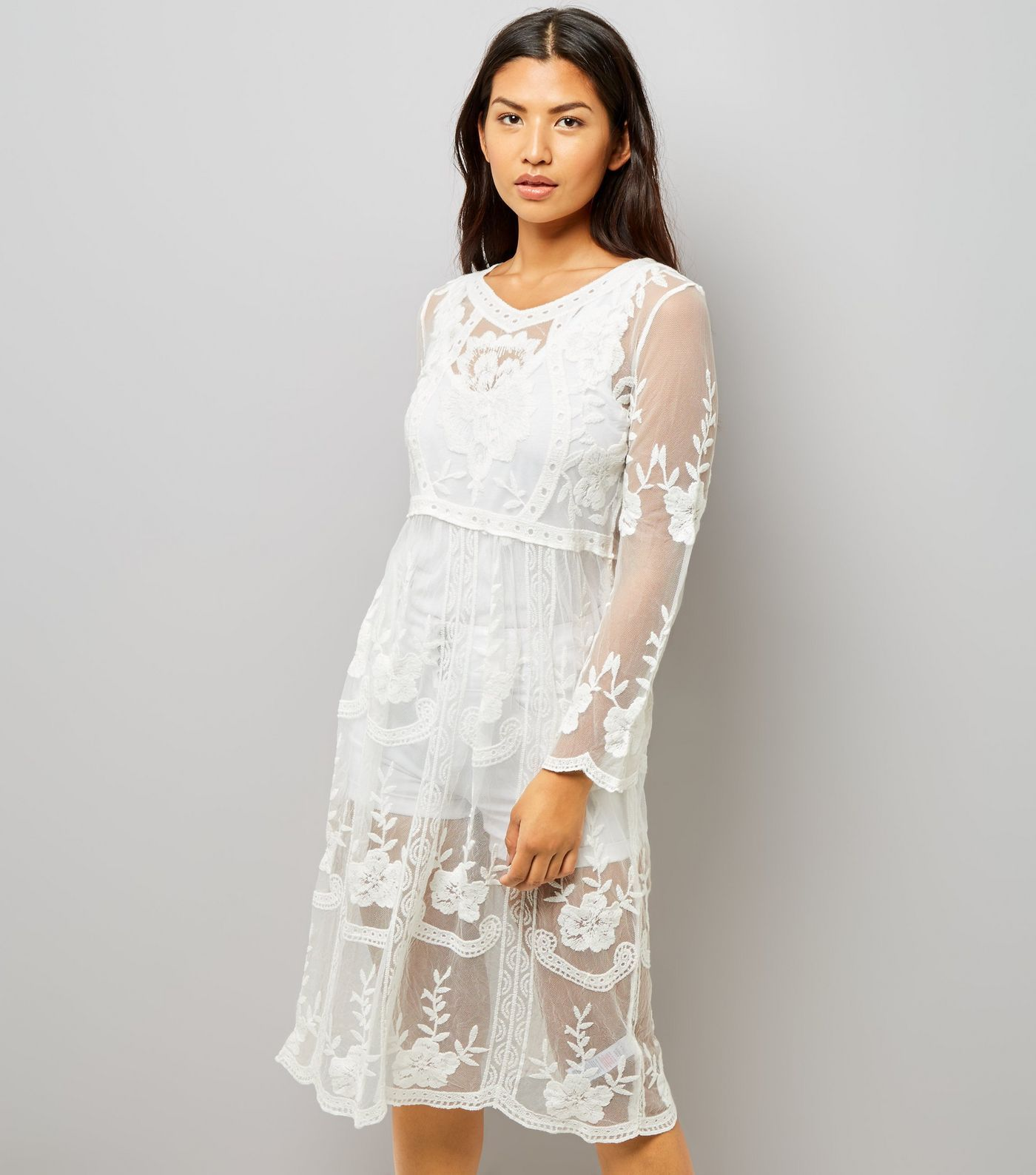 Robe patineuse mi-longue blanche en dentelle au crochet   Wedding ... 1373fa583fb
