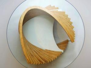 Table basse avec pied en spirale - par originales