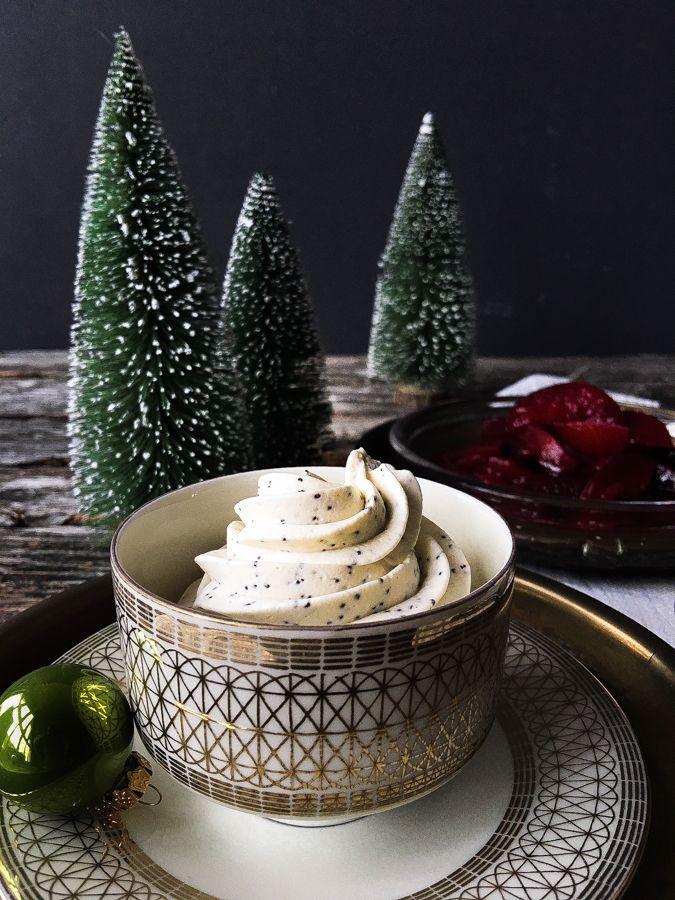 Karamellisierte Pflaumen mit Mohncreme - ein wunderbares Weihnachtsdessert ohne Zucker