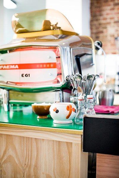 MOKKAKAPOT  Ook in Borgerhout drinken ze graag koffie. Dat kan vanaf nu in Mokkakapot, Antwerps voor 'Ik maak u kapot'. In dit nieuwe...