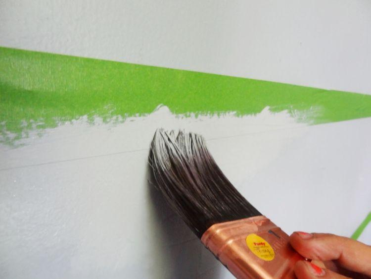 Streifen an der Wand streichen anleitung-malerkrepprand-pinsel - wnde streichen streifen