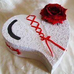 Urne mariage cœur avec rose rouge ruban rouge accompagner de dentelle  blanche