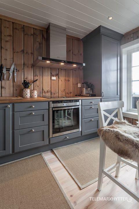 Kitchen - love the grey cabinetry with wood plank backsplash, unique! | Hytte kjøkken