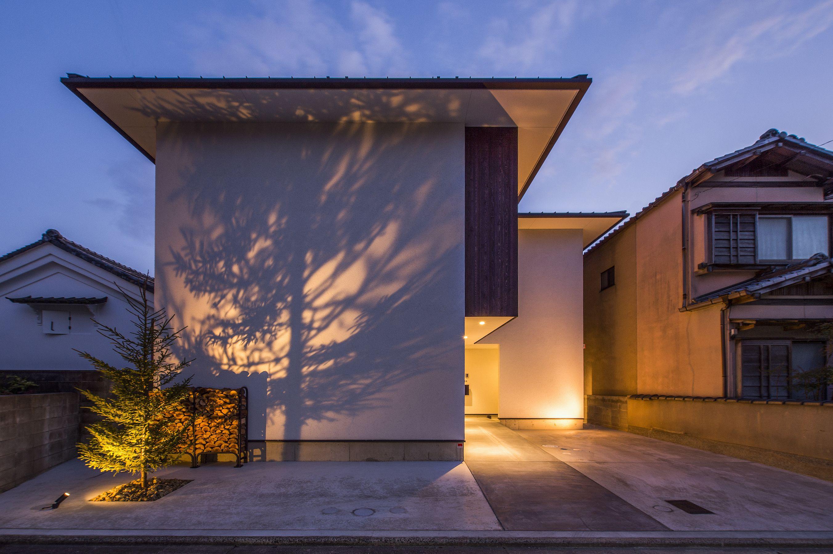 シンプルな白壁は 夜照明越しの木の影を愉しむこの写真 外観 はfeve Casa の参加工務店 河嶋 一志 株式会社 ビルド ワークス により登録された住宅デザインです Komorebi 写真です 外観が見たい カテゴリーに投稿されています 住宅 外観 外観 住宅