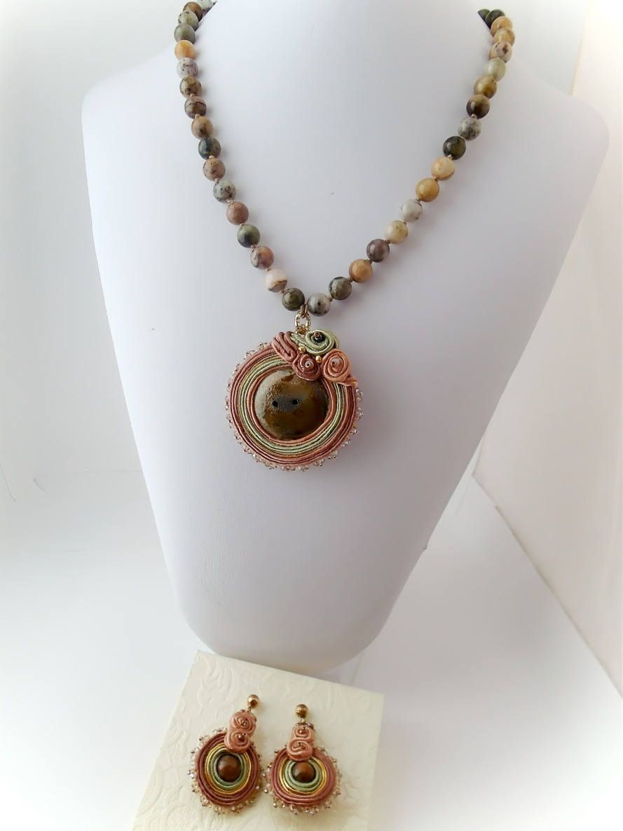 Parure Madre Terra, necklace of agate pearls, earrings and medallion ...