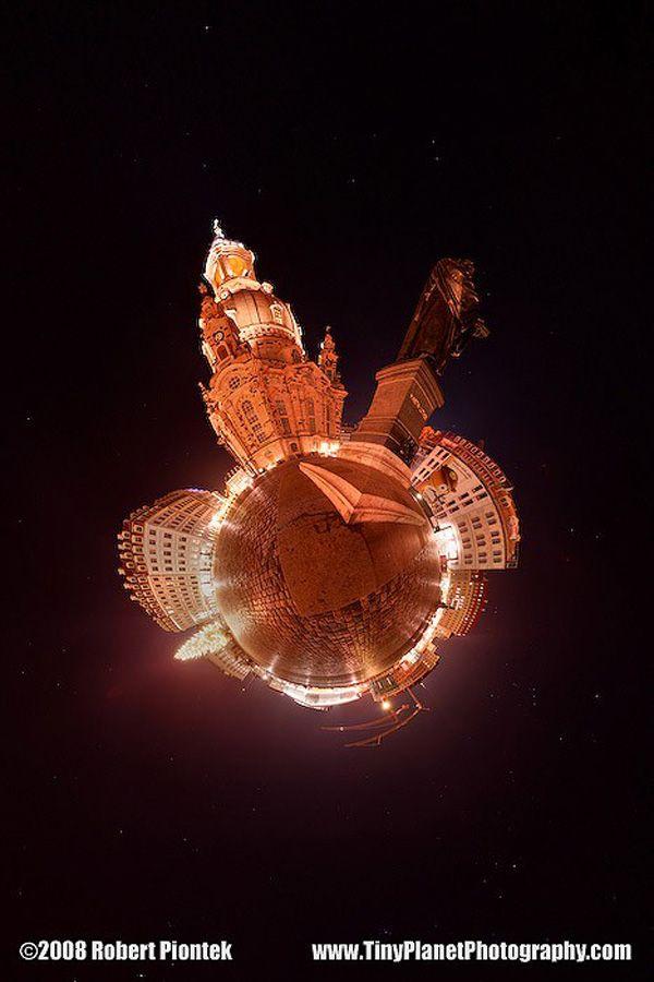 La proiezione stereografica è la mappatura di una sfera su un piano. Usare questa tecnica per postprodurre delle fotografie è complicato, ma se la si applica nel modo giusto è possibile ottenere risultati molto interessanti. Le immagini che vi proponiamo sono di Robert Piontek, fotografo tedesco che ha affinato questa tecnica e usa foto panoramiche per creare dei piccolissimi pianeti.