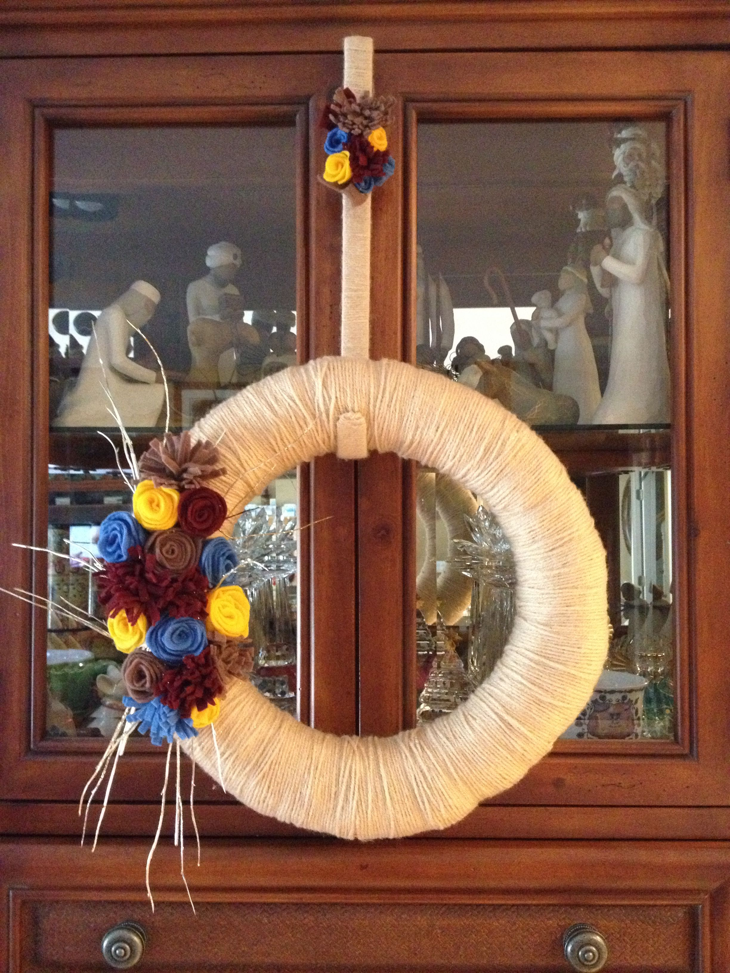 Diy yarn wreath with flowers made from felt with door