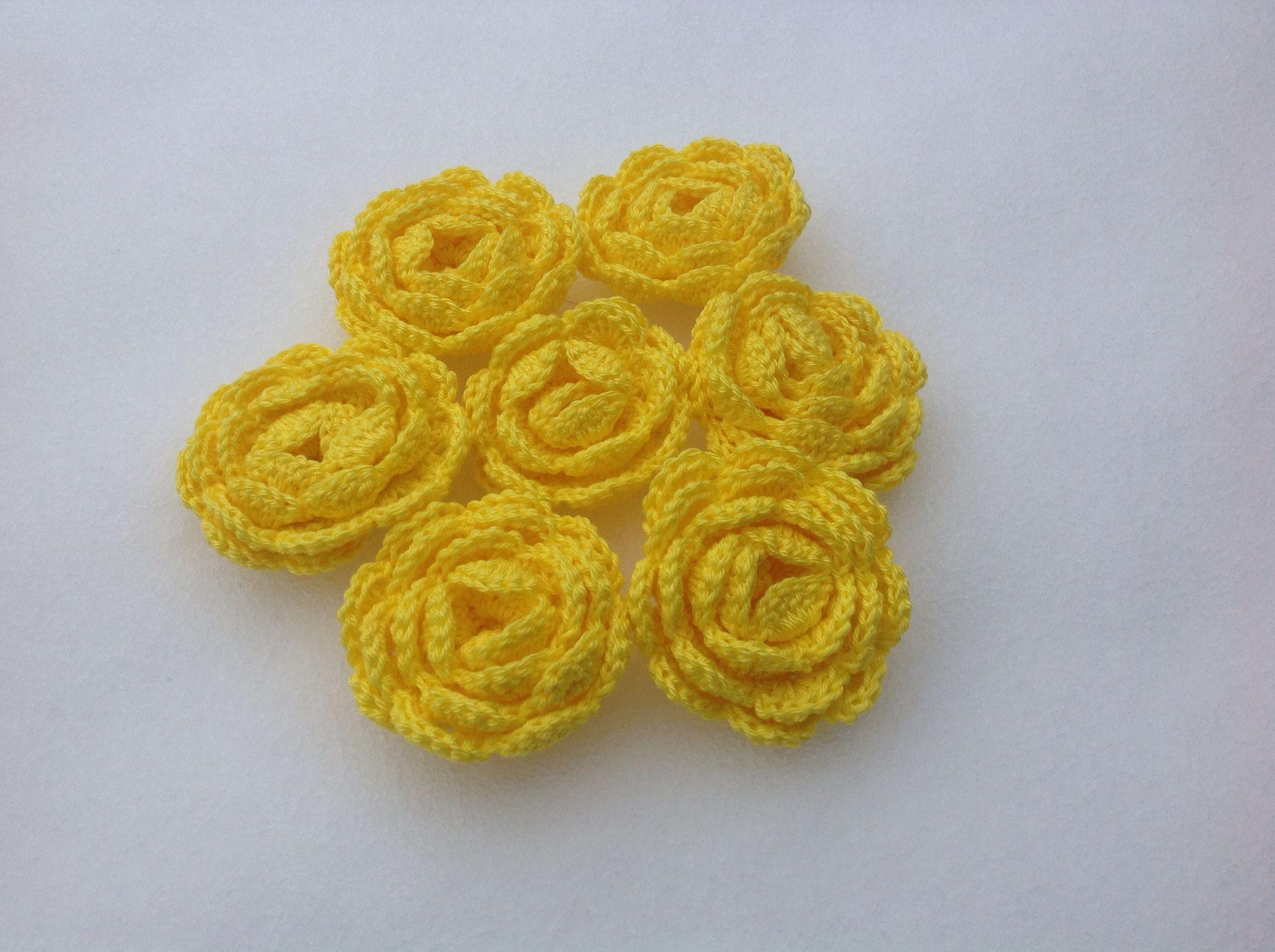 Keltaisia ruusuja hangella