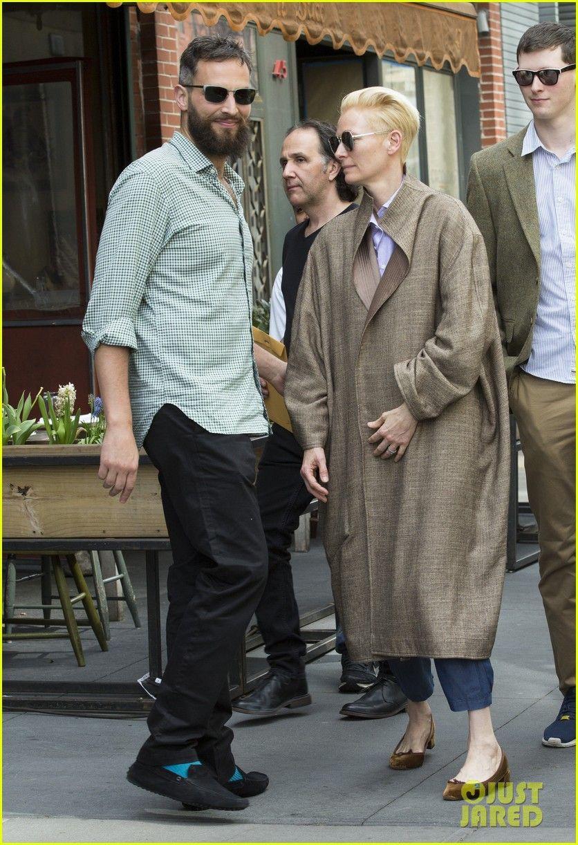 Tilda Swinton Looks Lovingly At Partner Sandro Kopp In Nyc 03 Jpg 836 1222 Tilda Swinton Celebrity Street Style Androgynous Fashion