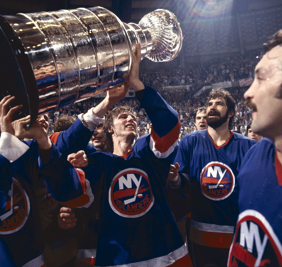 Playoff Mvp Mike Bossy Holds Up The Islanders Third Straight Stanley Cup On May 16 1982 After New York Swept Vancouver Bos Mike Bossy New York Islanders Nhl