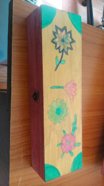 Caja decorada utilizada para guardar el material de dibujo (pinceles,lápices...)